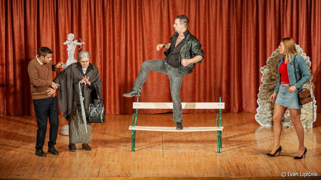 "KlopcaVParku 25 1024x576 - GALERIJA DOGODKOV: Gledališka predstava ""Klopca v parku"", 08. marec 2020  ( FOTO: Ivan Lipičnik )"