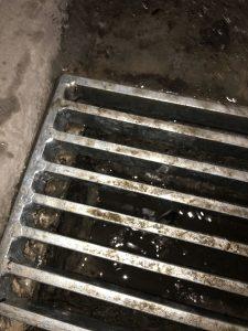 Prelivanje vode čez izvozno linijsko rešetko v garaži, SANIRANO